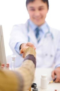 Paziente esperto - Stretta di mano tra paziente e operatore sanitario
